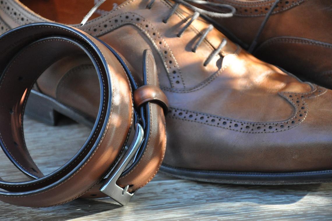 Verschiedene Accessoires für Männer: Budapester und Gürtel; Foto von insidehenderson pixabay