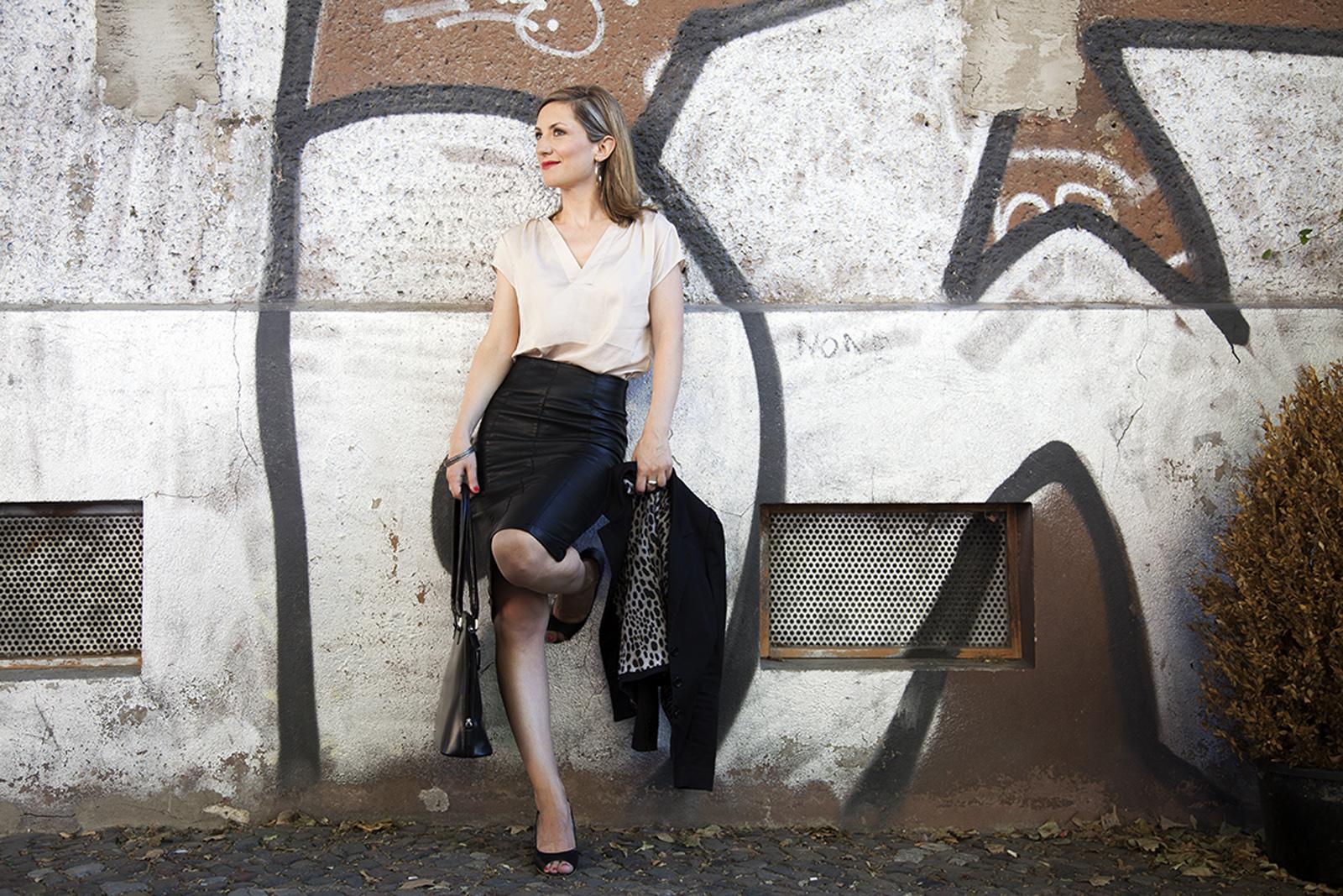 Foto Outfit Business extravagant Leder Bleistiftrock Farbberatung Stilberatung Berlin