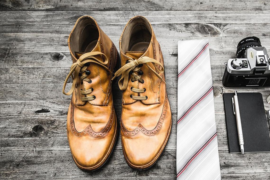 Verschiedene Accessoires für Männer: Schuhe, Krawatte, Schreibzeug, Kamera; Foto Unsplash pixabay